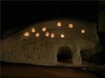 雪の壁とロウソクの灯り