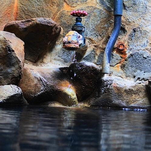 天然温泉掛け流しの露天風呂。岩風呂と暖色の照明がおりなす雰囲気をお楽しみ下さい。