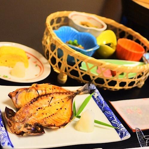 焼きたての鯵の開きや色とりどりの小鉢に生卵か出汁巻き玉子が選べる自慢の朝御飯。