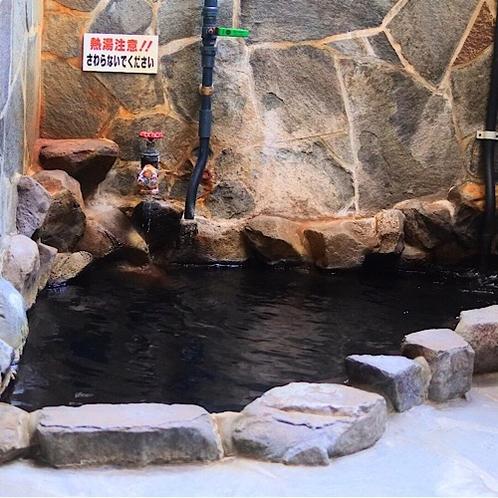 解放感のある貸切の露天風呂。天然温泉をゆっくり堪能出来ます。