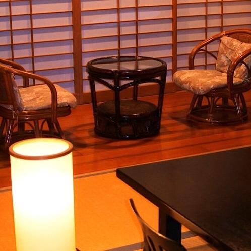 和室8畳(1~4名)備え付けの照明で暖かな雰囲気に。