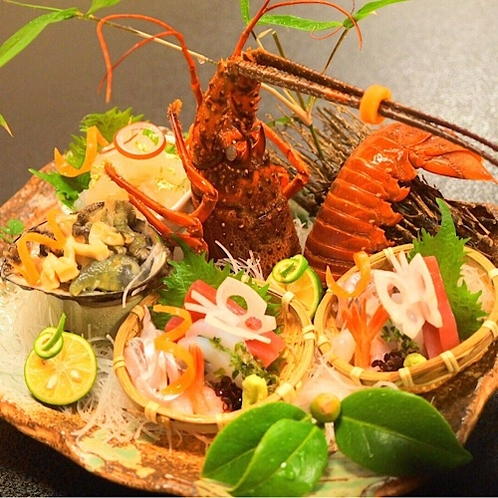 新鮮な伊勢海老と鮑を使った刺身盛り合わせ。贅沢な海の幸に舌鼓。