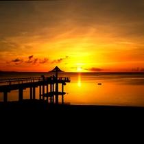 【ビーチに沈む夕日】空の色が刻一刻と変わりゆく、美しい夕日を堪能できる絶好のロケーション