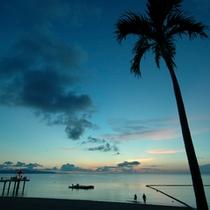【ビーチに沈む夕日】石垣島の西側に位置する当ホテルだからこその絶景