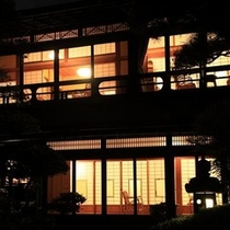 大正亭、夜の風景。窓からこぼれるあたたかな光が庭を照らします。