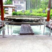 *【赤倉温泉足湯公園】中央には噴水があり、マイナスイオンを浴びながら足湯を堪能できますよ!