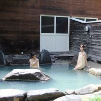 春~秋には、中庭の遊歩道を抜けた森にある、露天風呂もご利用いただけます!