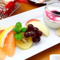 朝食の一例。季節のフルーツ