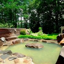春~秋には、中庭の遊歩道を抜けた森にある、温泉露天風呂