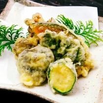 夕食の一例。季節の天ぷら