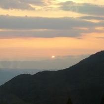 00 朝日連峰に沈む夕陽