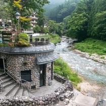 川沿いの四万温泉共同浴場