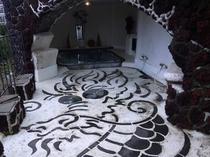 ジャグジー風呂内に描かれた龍の画像