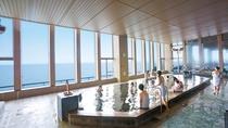 **【龍宮亭 富士の湯:展望大浴場 内湯】窓越しに富士山を眺めることのできる「乙女の湯」。