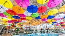 **【アクアパーク(一例)】天井には色とりどりの700本のアンブレラのデコレーション!