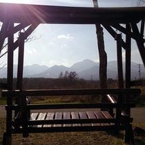 八ヶ岳を眺めながらブランコで憩いのひととき