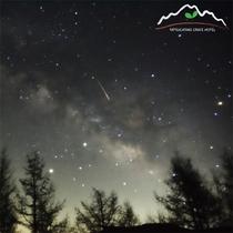 星空グラウンドからの春の夜中の星空