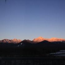 客室から見る朝焼けの八ヶ岳