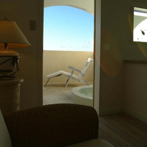 ■アイランドスイート12号室[室内2テラスへ向かっての眺め]