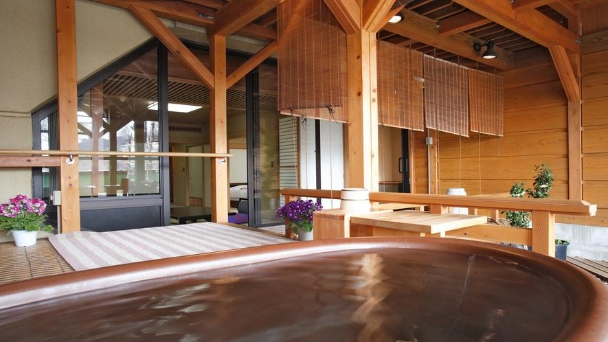 【源泉かけ流し露天風呂付客室】紅山桜の露天スペース