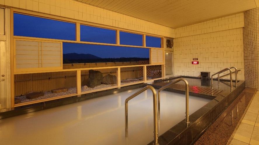 三日月の湯 半露天風呂がうれしい 夕闇迫る炭酸泉・にごり湯