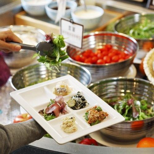 生産者のこだわり野菜も並ぶサラダコーナー