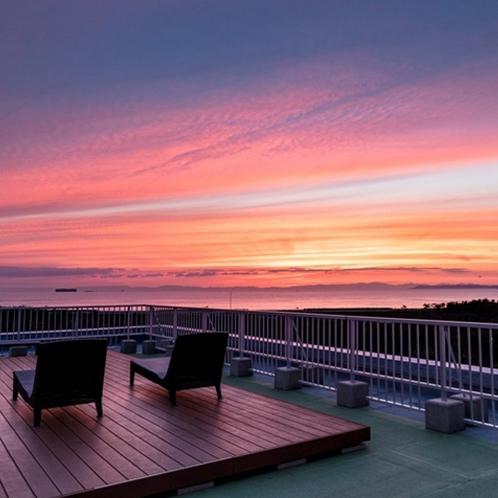 屋上展望台「満天テラス」で三河湾に沈んでいく夕日に感動。時折漁船や大型船が横切っていきます。