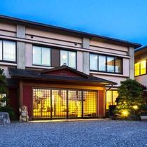 【外観】琵琶湖岸へは徒歩1分。全てのお部屋から琵琶湖が一望できるお宿です。