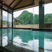 内風呂から望む松岳山