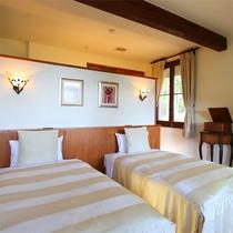 *【デラックスルームB/オオルリ 一例】ベッドスペース裏に洗面台と、浴室スペースがございます。