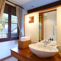 *【デラックスルームB/オオルリ 洗面台 一例】ベッドスペース裏に洗面台と、浴室スペースがございます