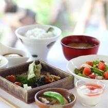 *【ご朝食 和食一例】地元で採れた新鮮野菜や濃厚で深みのある味わいの卵料理などをご用意しております。