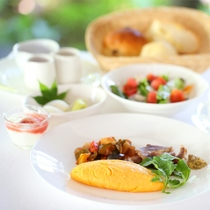 *【ご朝食/洋食 一例】八ヶ岳や自家菜園の新鮮な高原野菜と共にお召し上がりくださいませ。