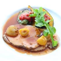 *【ご夕食 グレードアップ八ヶ岳コース お肉料理一例】季節の野菜やハーブを使ったお料理。