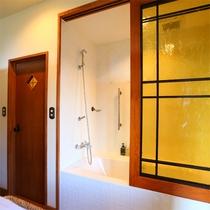 *【デラックスルームB/オオルリ バスルームスペース一例】シャワーが浴槽内にあるタイプとなります。