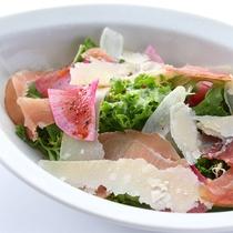 *【ご夕食 基本清里コース サラダ一例】自家菜園や八ヶ岳高原野菜を出来るだけ使用しています。