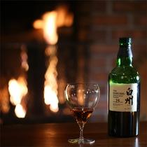 *【バーPerch】お好きなお酒を手に、暖炉を囲み語らいのひと時を。