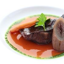 *【ご夕食 グレードアップ八ヶ岳コース お魚料理一例】季節の野菜やハーブを使ったお料理。