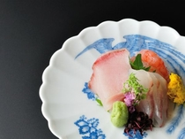 日本料理で長年腕を磨いた板長がさばく当日仕入れた新鮮な魚のお造りは絶品です