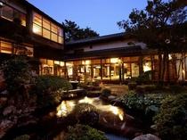 夜はお庭もライトアップされます。