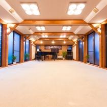 *【館内施設/ホール】グランドピアノがあるホールは合宿や大人数での宴会にぴったりの場所です。