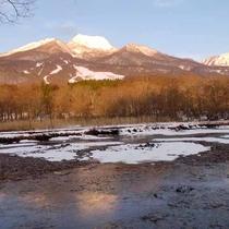 *【周辺】雪が積もり、冬支度の山々。
