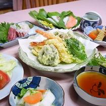 *【食事/夕食一例】野菜は自家栽培、山菜は近くで採れた新鮮なものを使用しております。