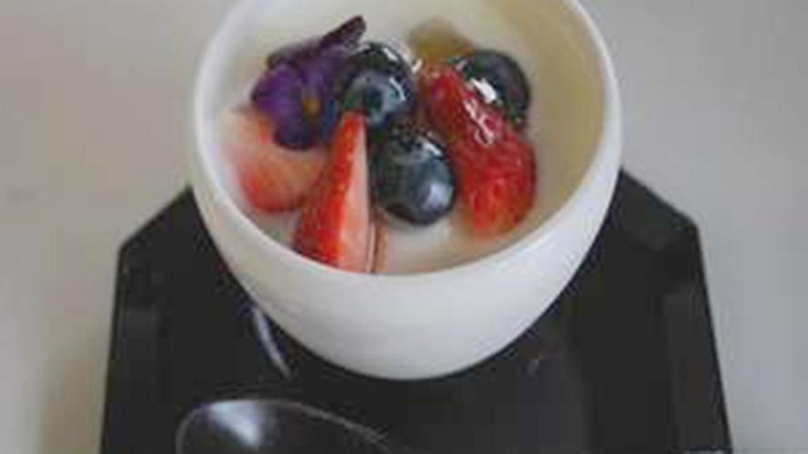 ・長男が松本で採蜜した純度100%のはちみつを使用!朝食で絶品と人気のヨーグルトです。