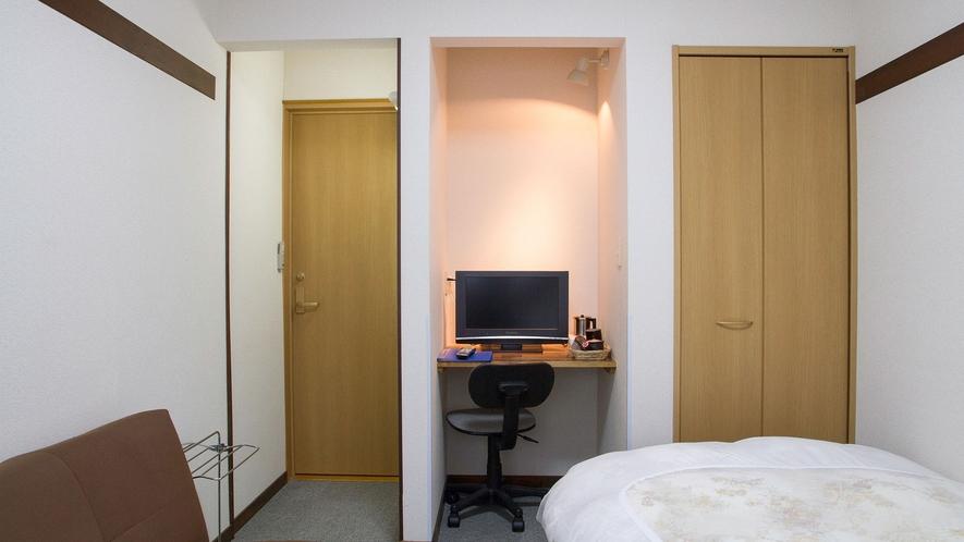 ・セミダブル(201号室)机付なのでビジネス、受験生などデスクワークをされるお客様に人気です