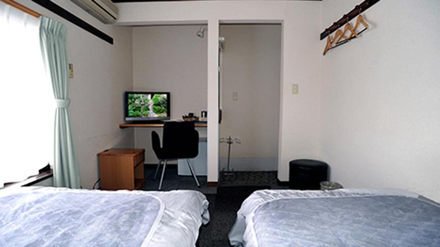 ・洋室ツイン(208号室)机付なのでビジネス、受験生などデスクワークをされるお客様に人気です