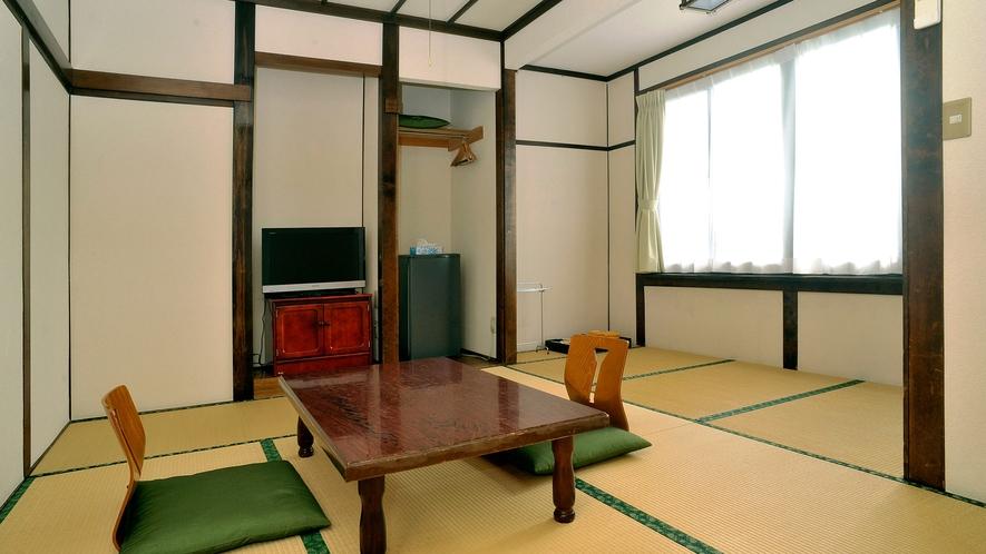 ・和室8畳 (206号室)大きな窓から心地よい川風が入ります