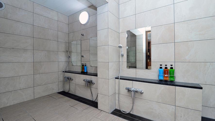 ・浴室洗い場、備え付けのアメニティもございます