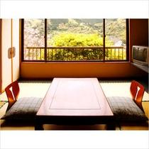 湯河原の街並みを望む、最上階客室のお部屋イメージです。