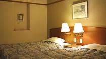 *スタンダードツイン(喫煙)/大きなベッドはご高齢の方も足への負担が少なくお休みいただけます。